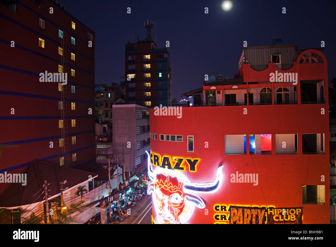 Iconic night spot bar Pham Ngu Lao Saigon by night - Stock Image