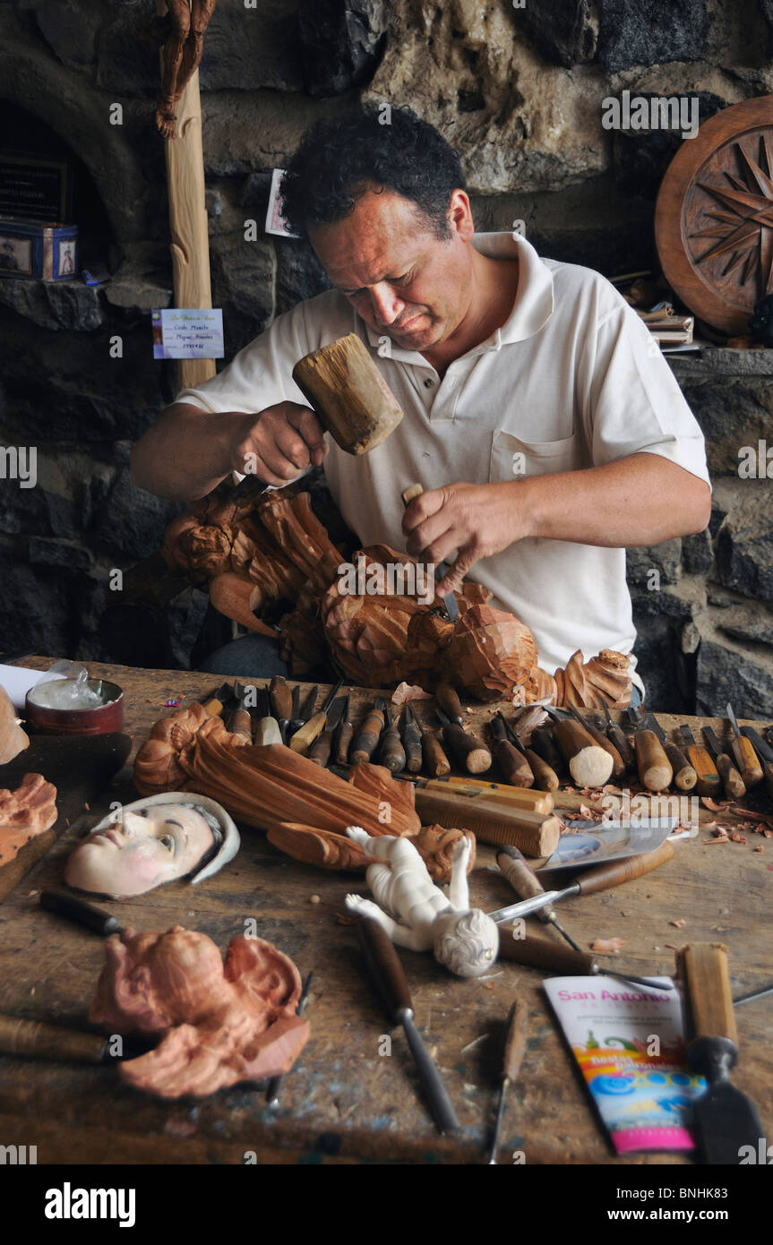 Ecuador Taller Hermanos Fuentes Woodworker San Antonio de Ibarra Andes Mountains wood timber statues figures carver - Stock Image