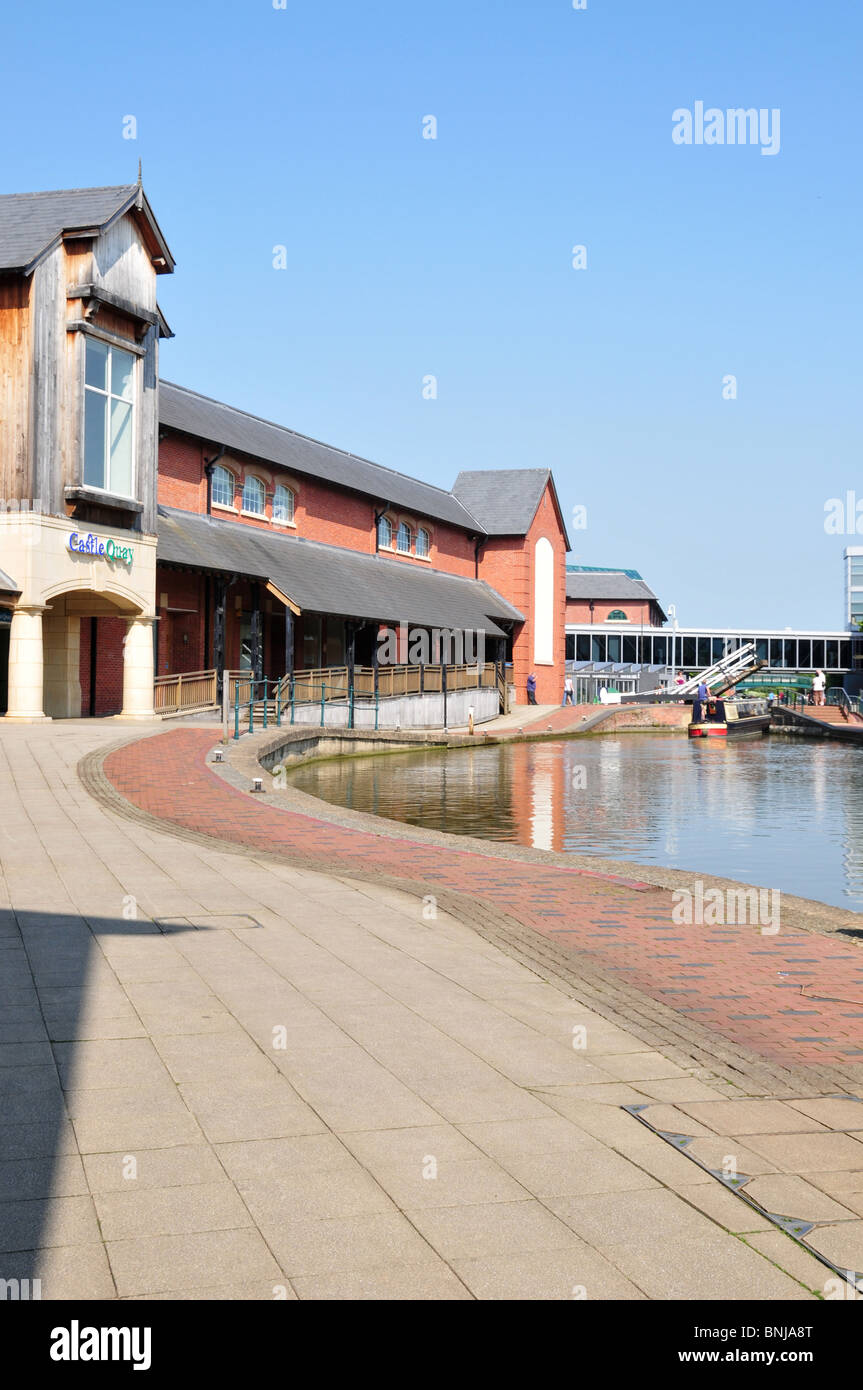 Oxford Canal at Banbury, Oxfordshire with view of rear of Castle Quay Shopping Centre - Stock Image