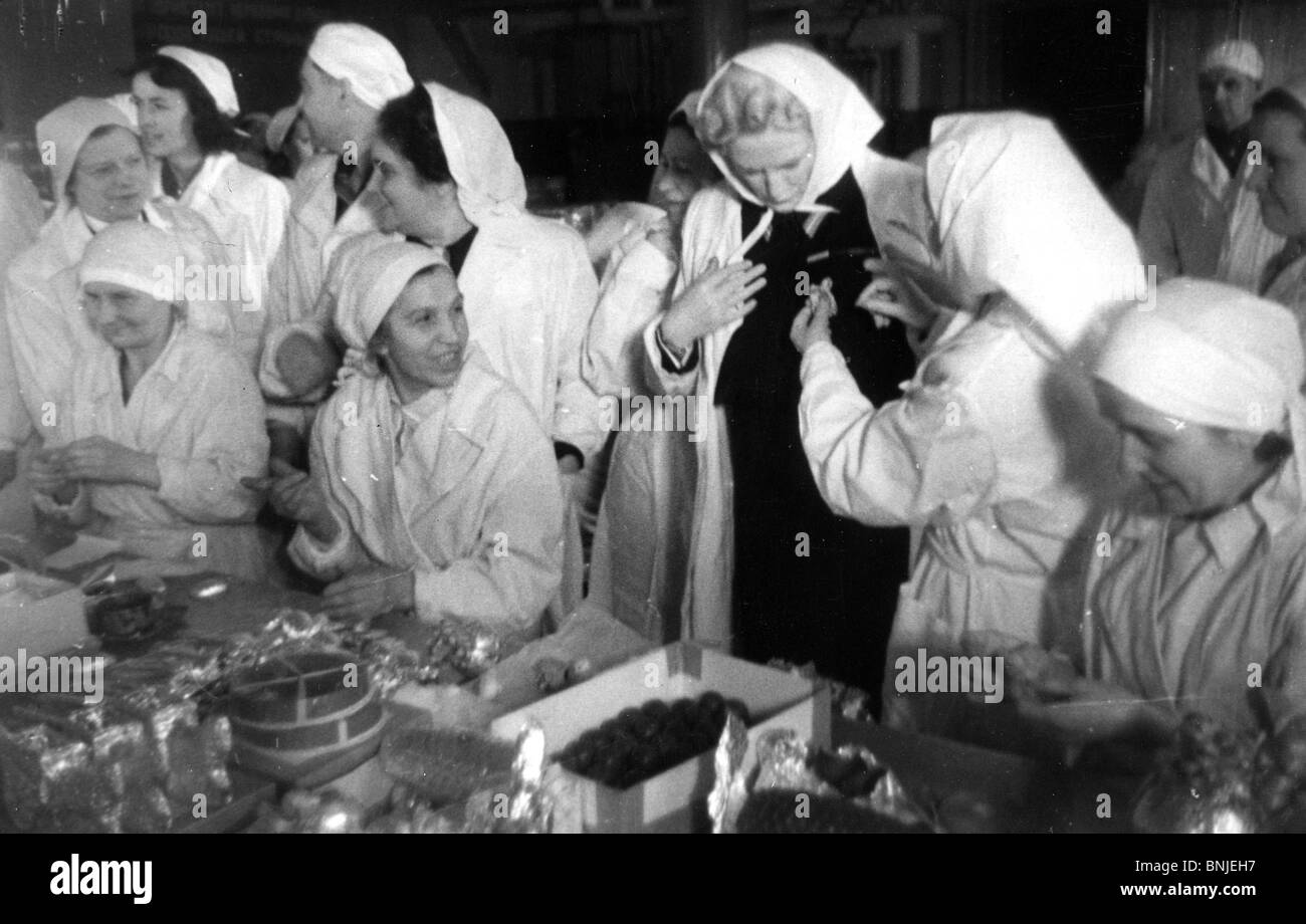MRS CLEMETINE CHURCHILL visits a Soviet confectionary factory in April 1945 - Stock Image