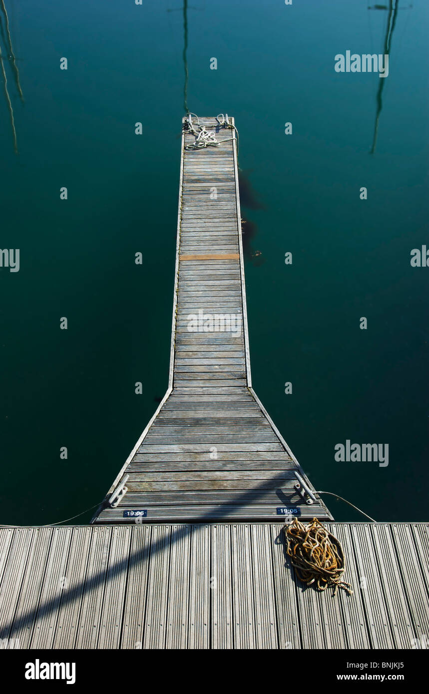 Wooden jetty with rope at Brighton Marina, East Sussex, England - Stock Image