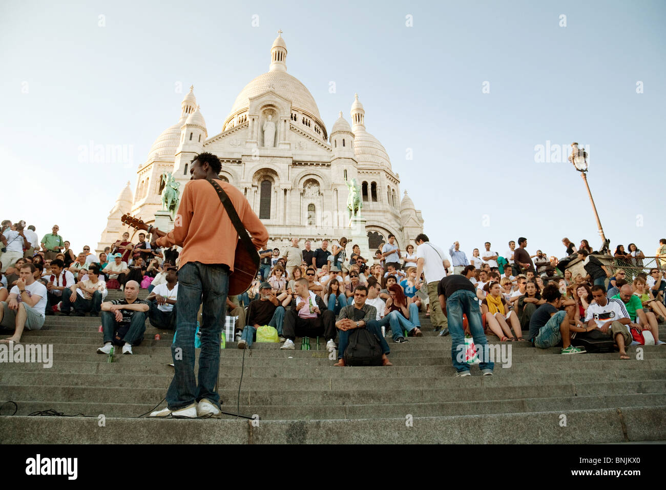 Street Musician playing on the steps of sacre Coeur, Montmartre, Paris - Stock Image