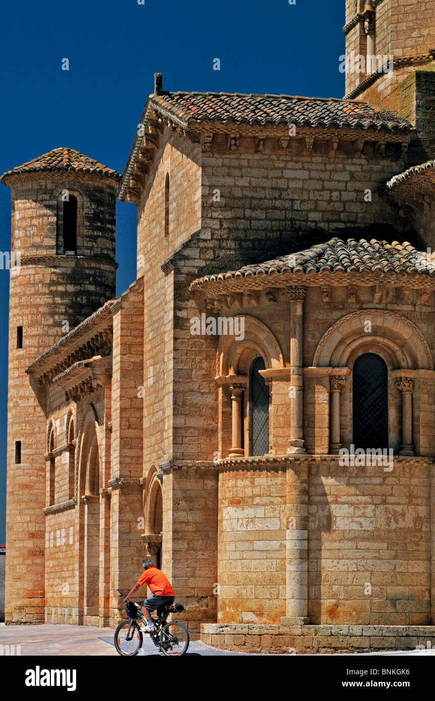 Spain, St. James Way: Biker in front of the church San Martin in Fromista - Stock Image