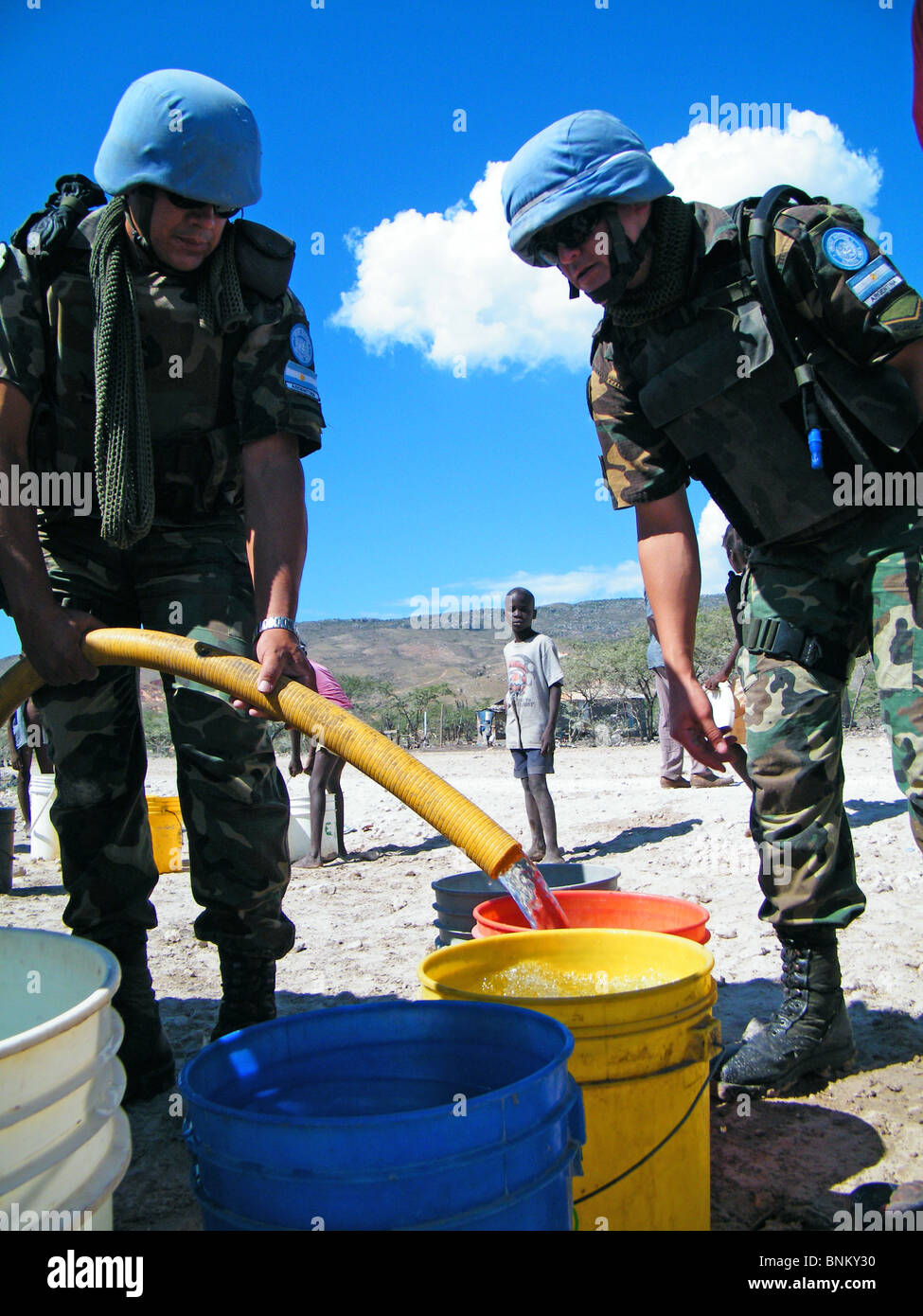 United Nations soldiers distribute drinking water outside Gonaives, Haiti - Stock Image