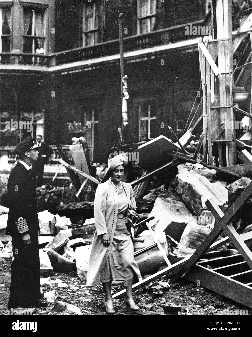 KING GEORGE VI and Queen Elizabeth after the bombing of Buckingham Palace on 13 September 1940 - Stock Image