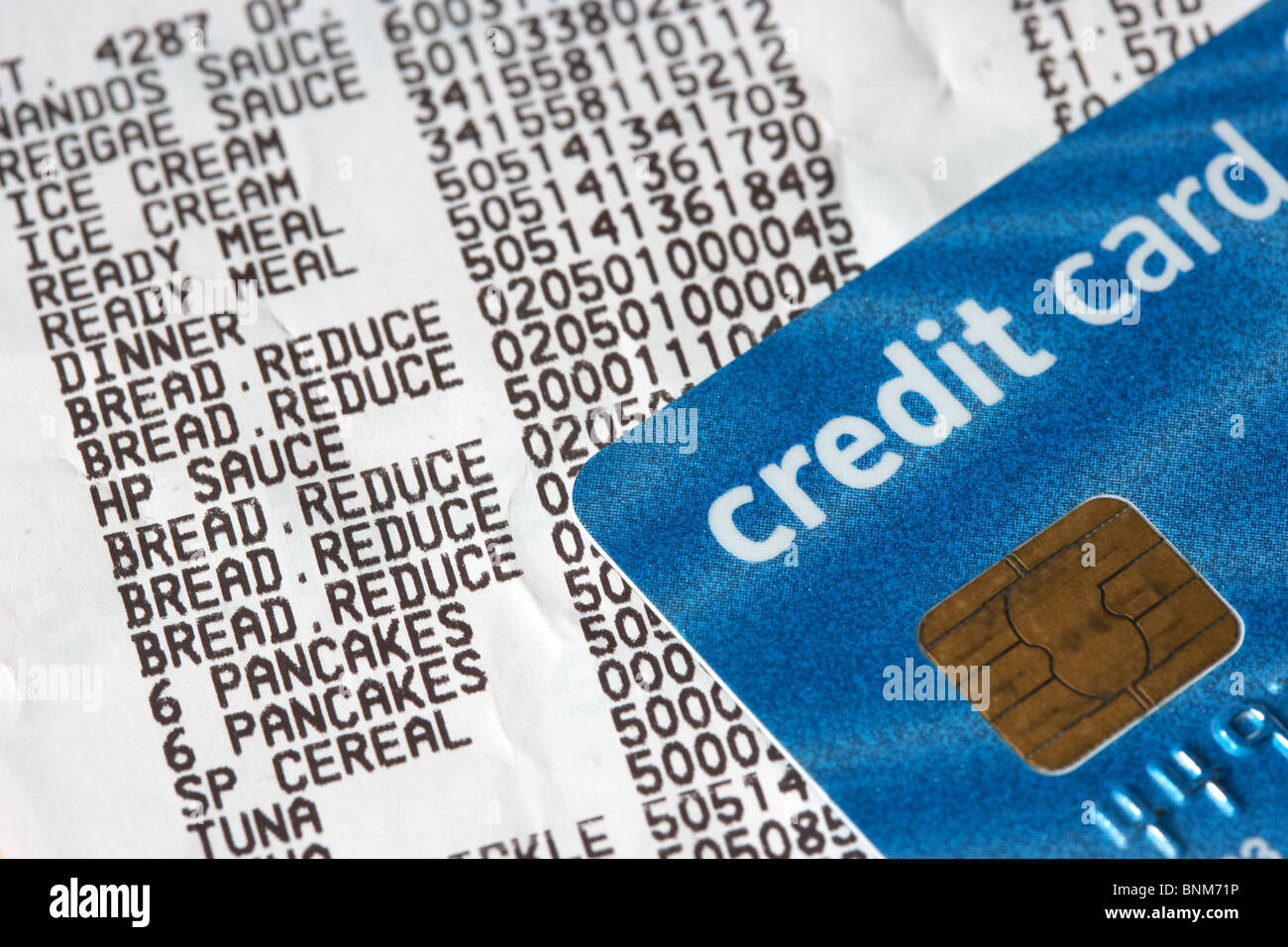 supermarket till receipt showing reduced items and credit card with prices - Stock Image
