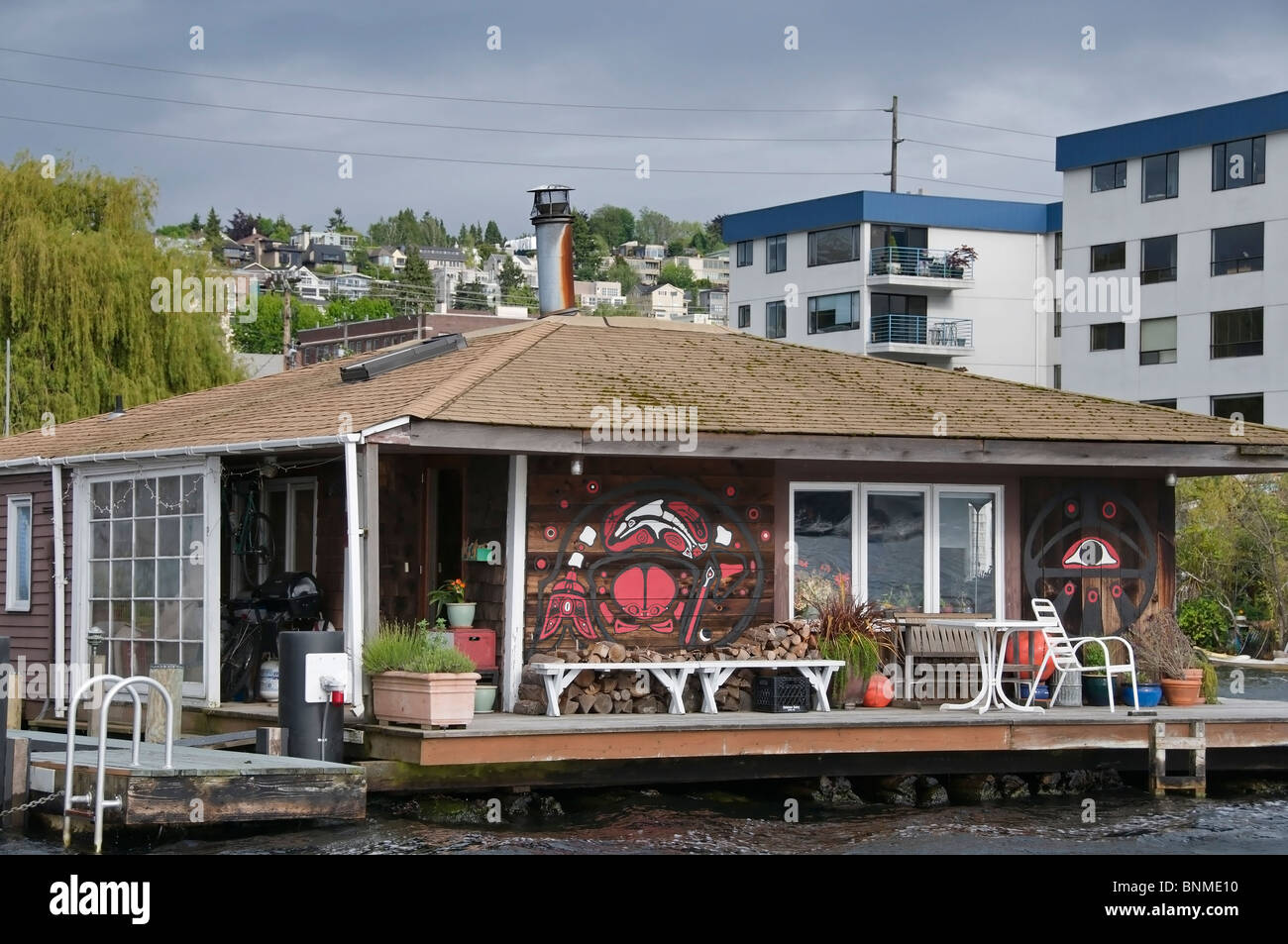 Charming residential houseboat on the water on Lake Union near downtown Seattle, Washington. - Stock Image