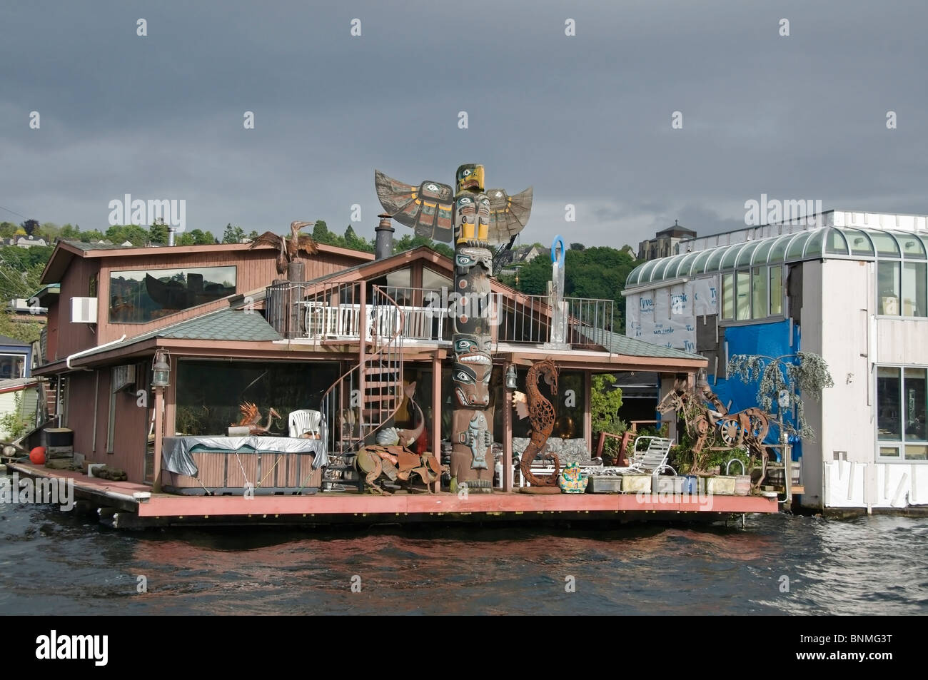 Unique residential houseboat on the water on Lake Union near downtown Seattle, Washington. - Stock Image