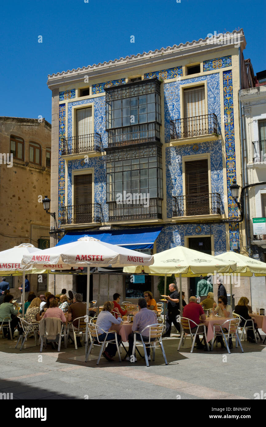 Spain, Extremadura, Cáceres, street restaurant in the old town - Stock Image