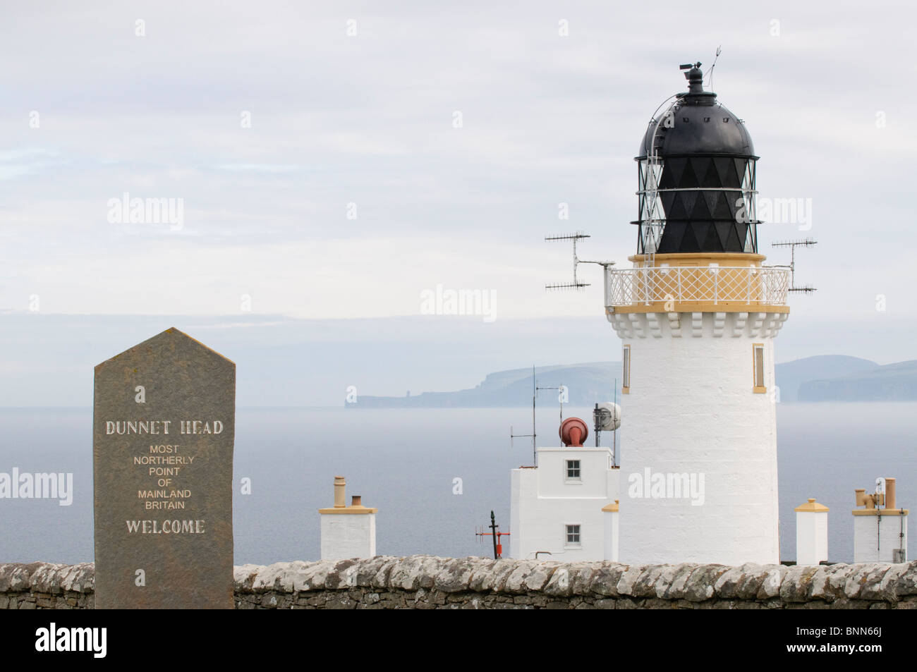 The lighthouse at Dunnet Head, Scotland, with Orkney in the distance. The most northerly place on the British mainland. - Stock Image