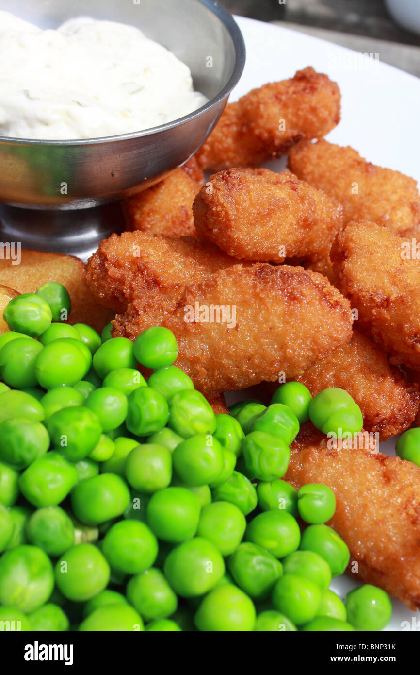 Plate of scampi with tartar sauce, chips and peas - Stock Image