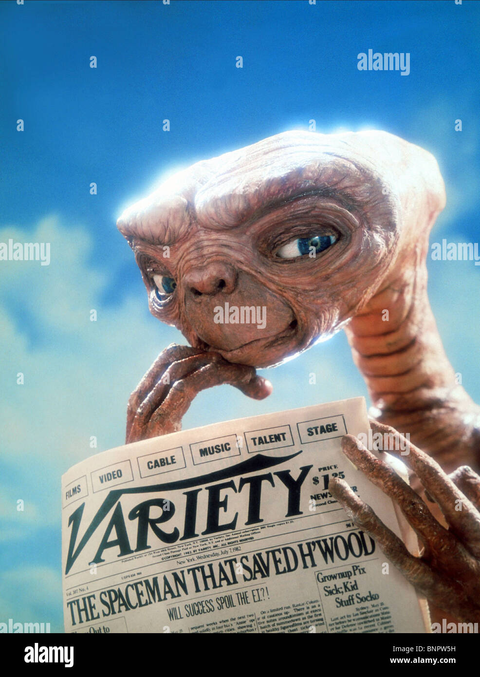 Alien Reads Newspaper E T The Extra Terrestrial 1982 Stock Photo Alamy