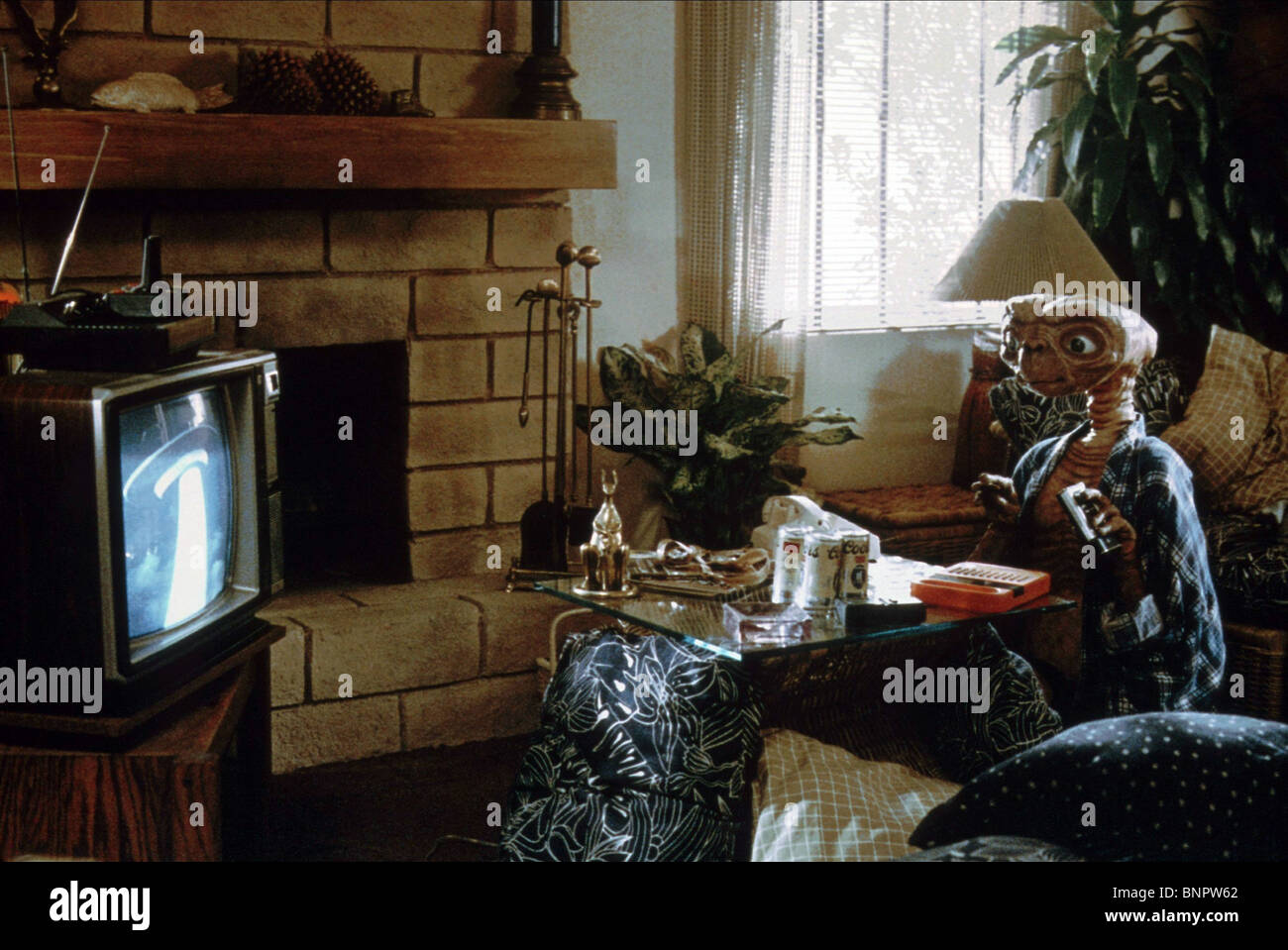 ALIEN WATCHES TELEVISION E.T. THE EXTRA-TERRESTRIAL (1982) - Stock Image
