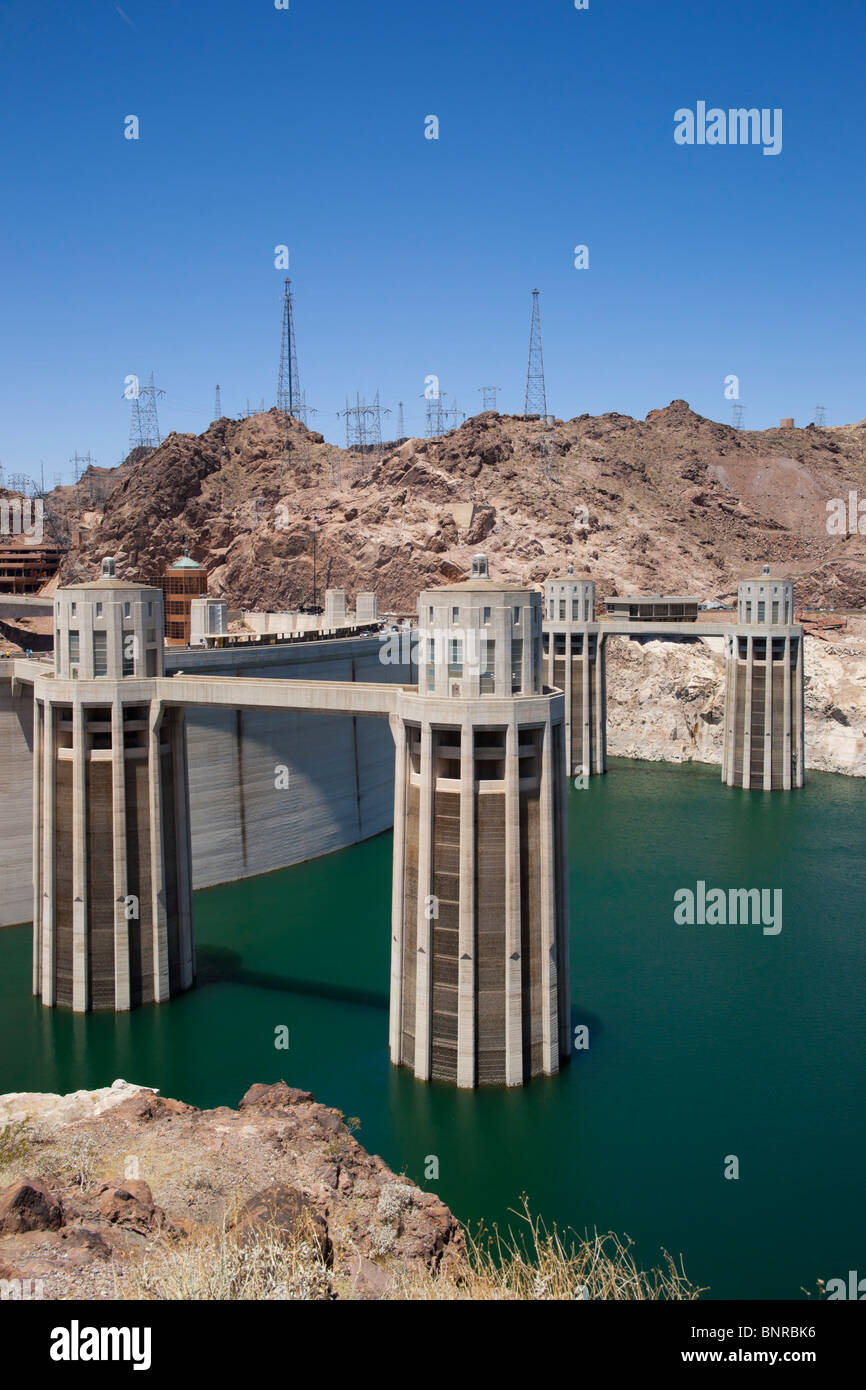 USA Nevada/Arizona border - Hoover Dam on the Colorado River, Lake Mead. Penstock feed towers exposed drought water Stock Photo