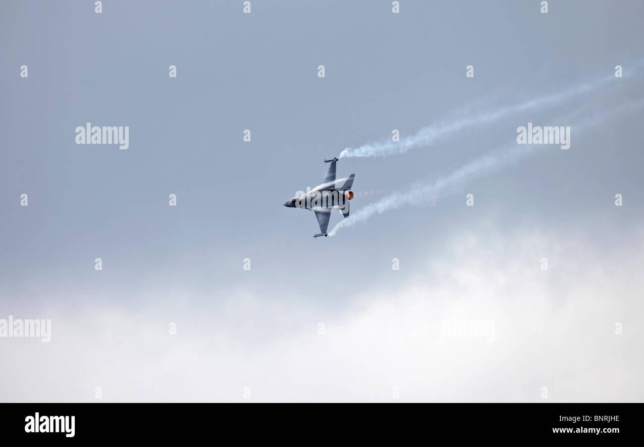 Farnborough Lockheed Martin F-16C Fighting Falcon pulling G - Stock Image