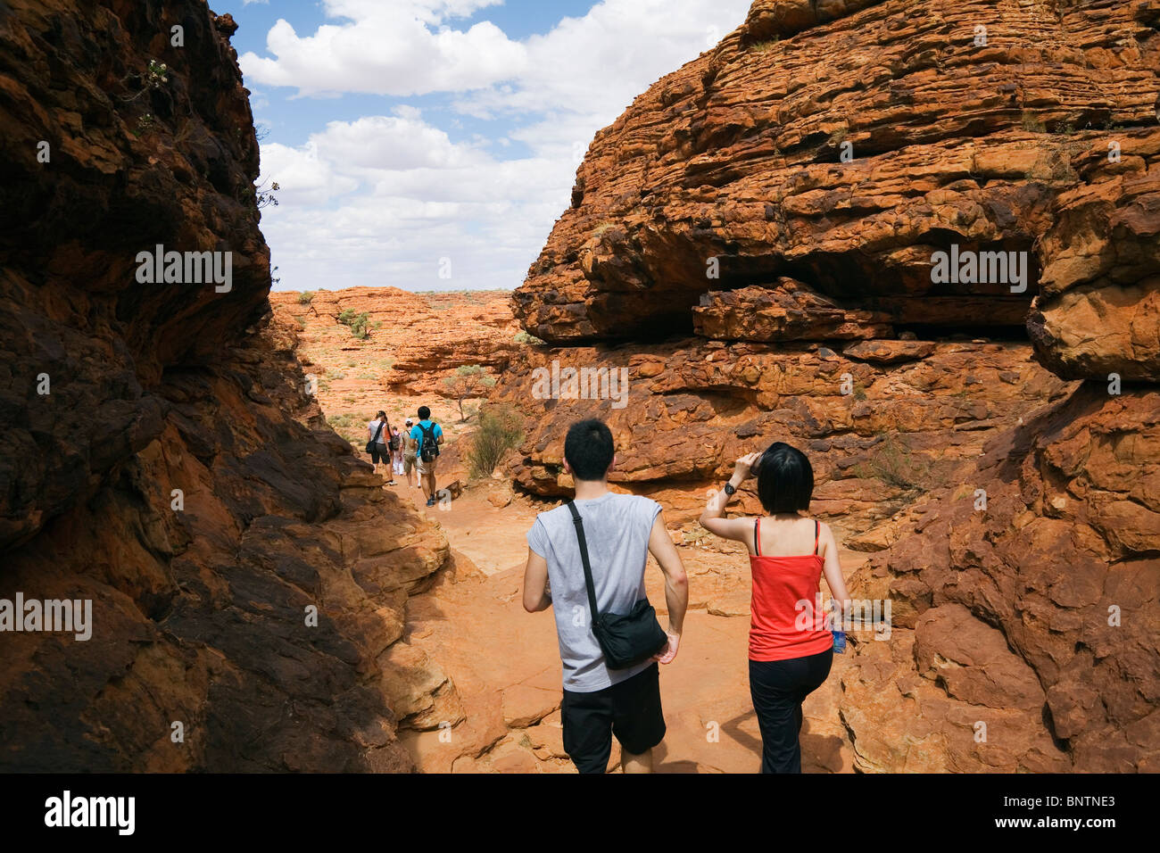 Tourists on the Kings Canyon walk. Watarrka (Kings Canyon) National Park, Northern Territory, AUSTRALIA. Stock Photo