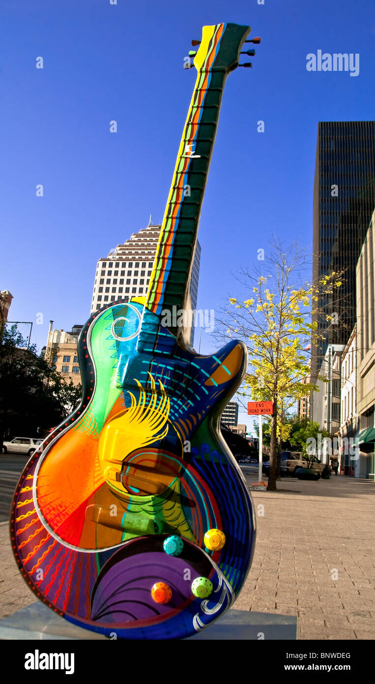 'Vibrancy', a 10 foot guitar sculpture by Craig Hein on Congress Avenue in downtown Austin, Texas, USA - Stock Image