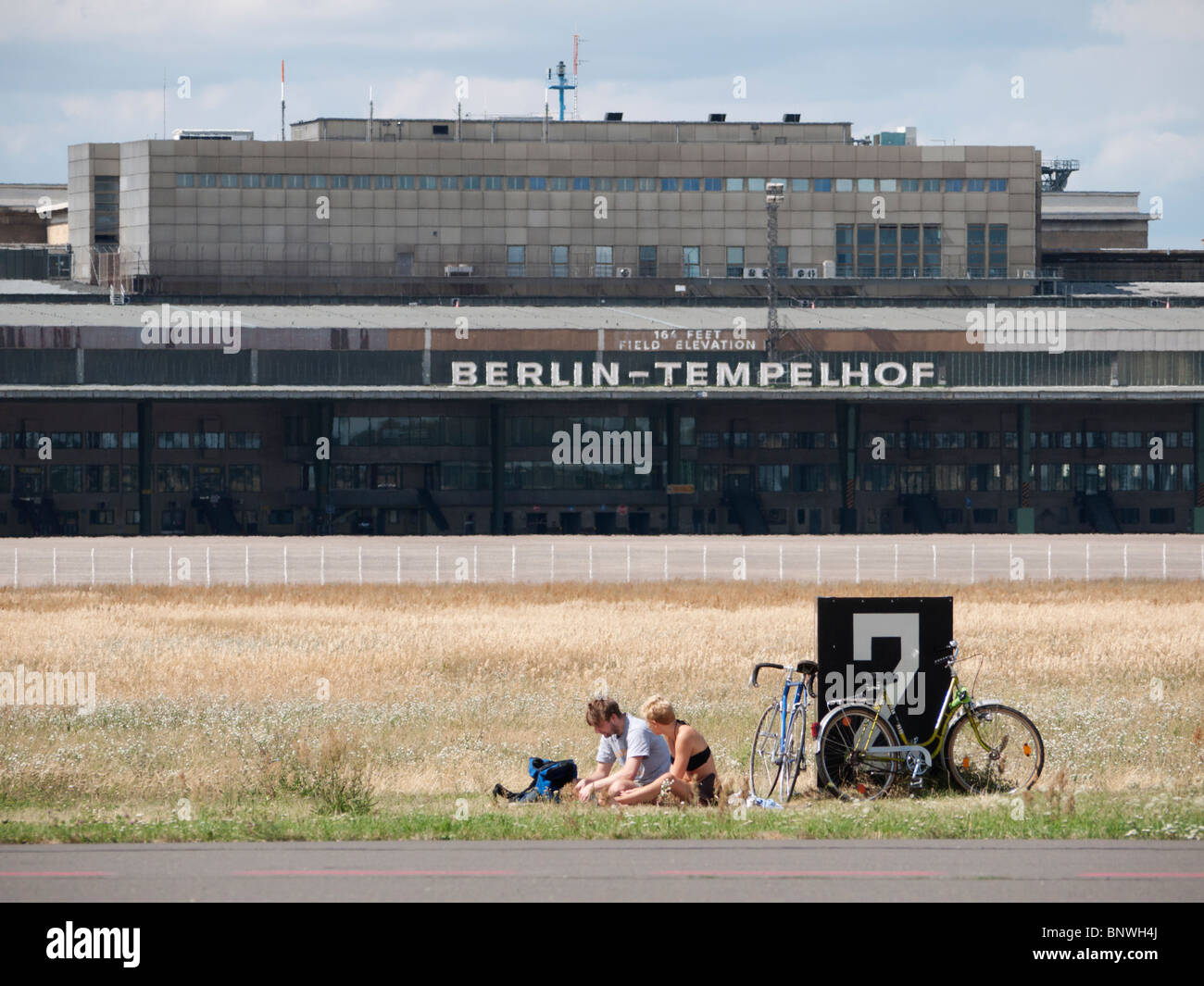 People having picnic next to runway at new city public Tempelhofer Park on site of  former Tempelhof Airport in - Stock Image
