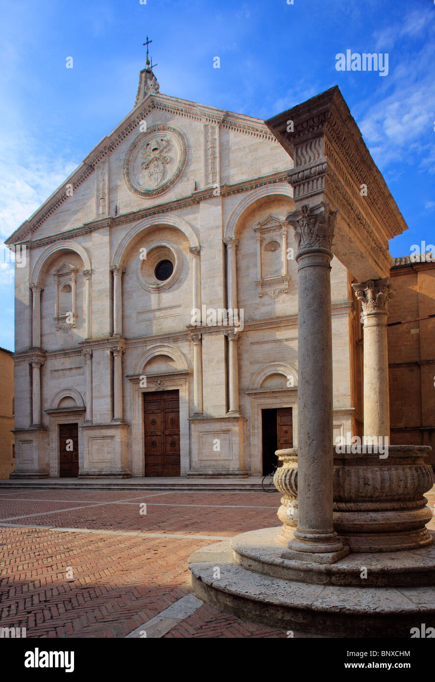 Duomo and well on piazza in Pienza, Tuscany - Stock Image