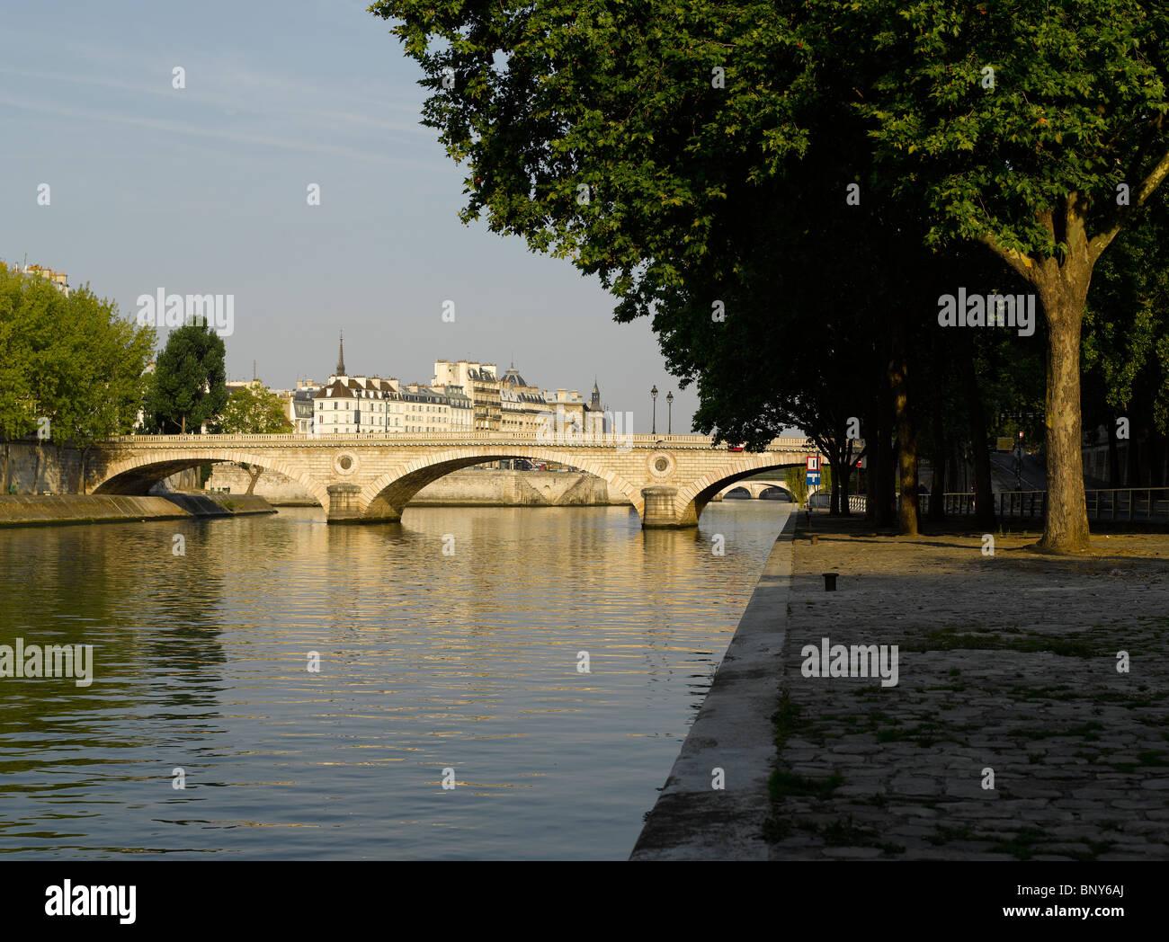 France, Paris: Pont Louis Philippe is a bridge crossing the Seine river to Ile Saint-Louis - Stock Image