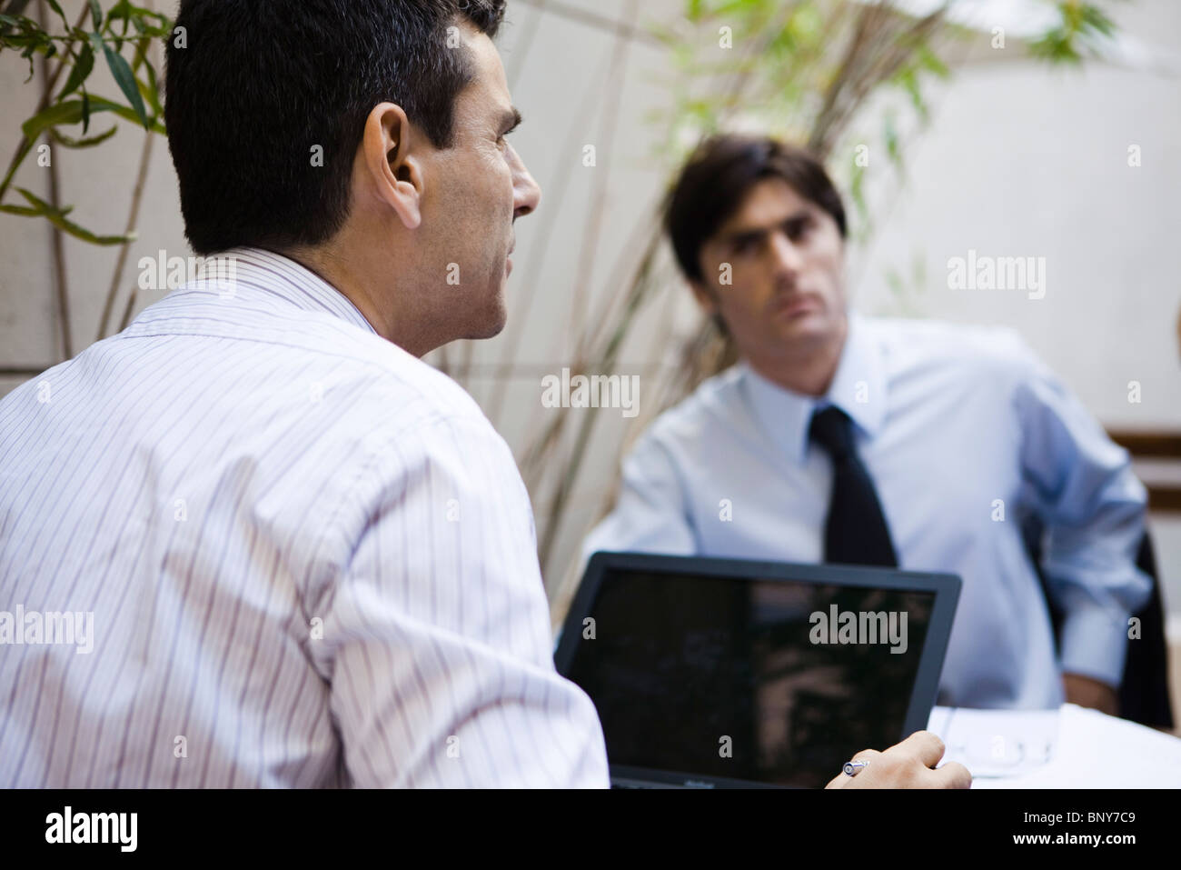 Businessmen meeting at outdoor cafe - Stock Image