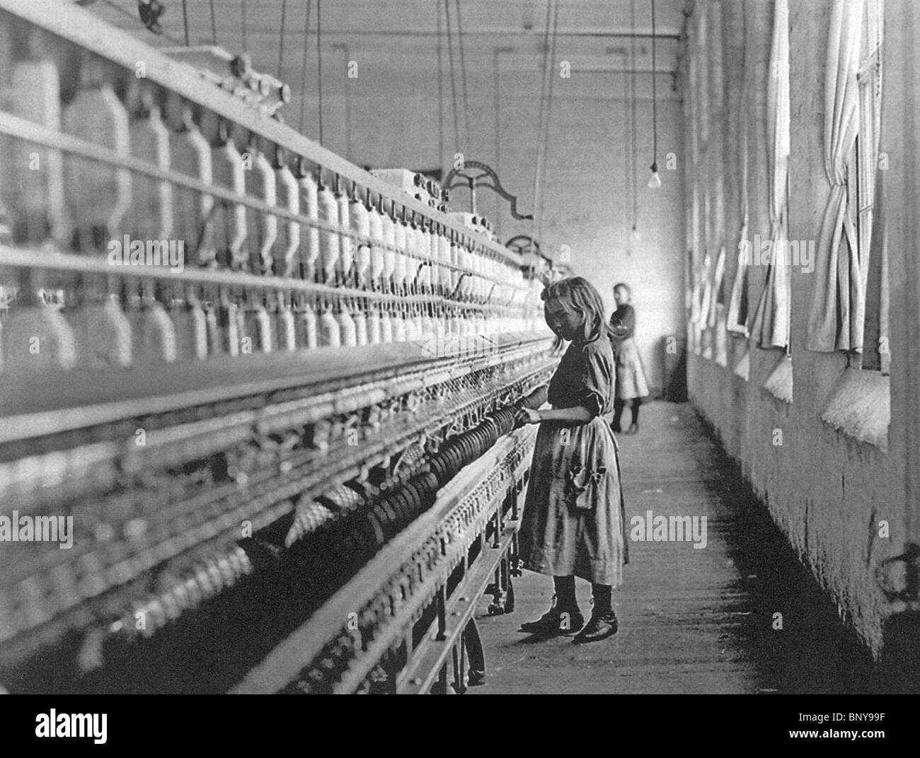 CHILD FACTORY WORKER  at Lancaster Cotton Mill, South Carolina, USA in 1908. Photo Lewis Hine - Stock Image