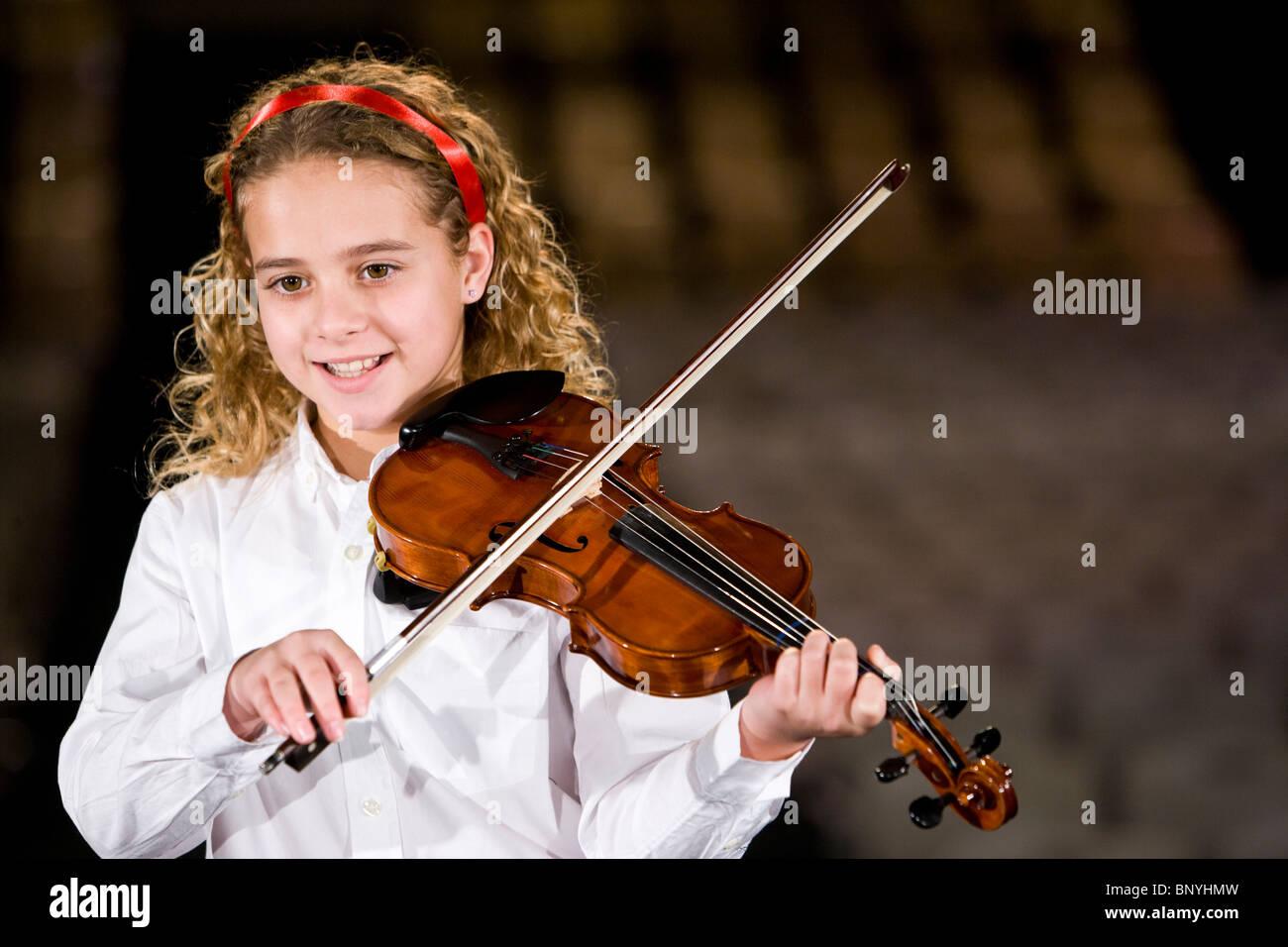 Young girl playing violin music - Stock Image