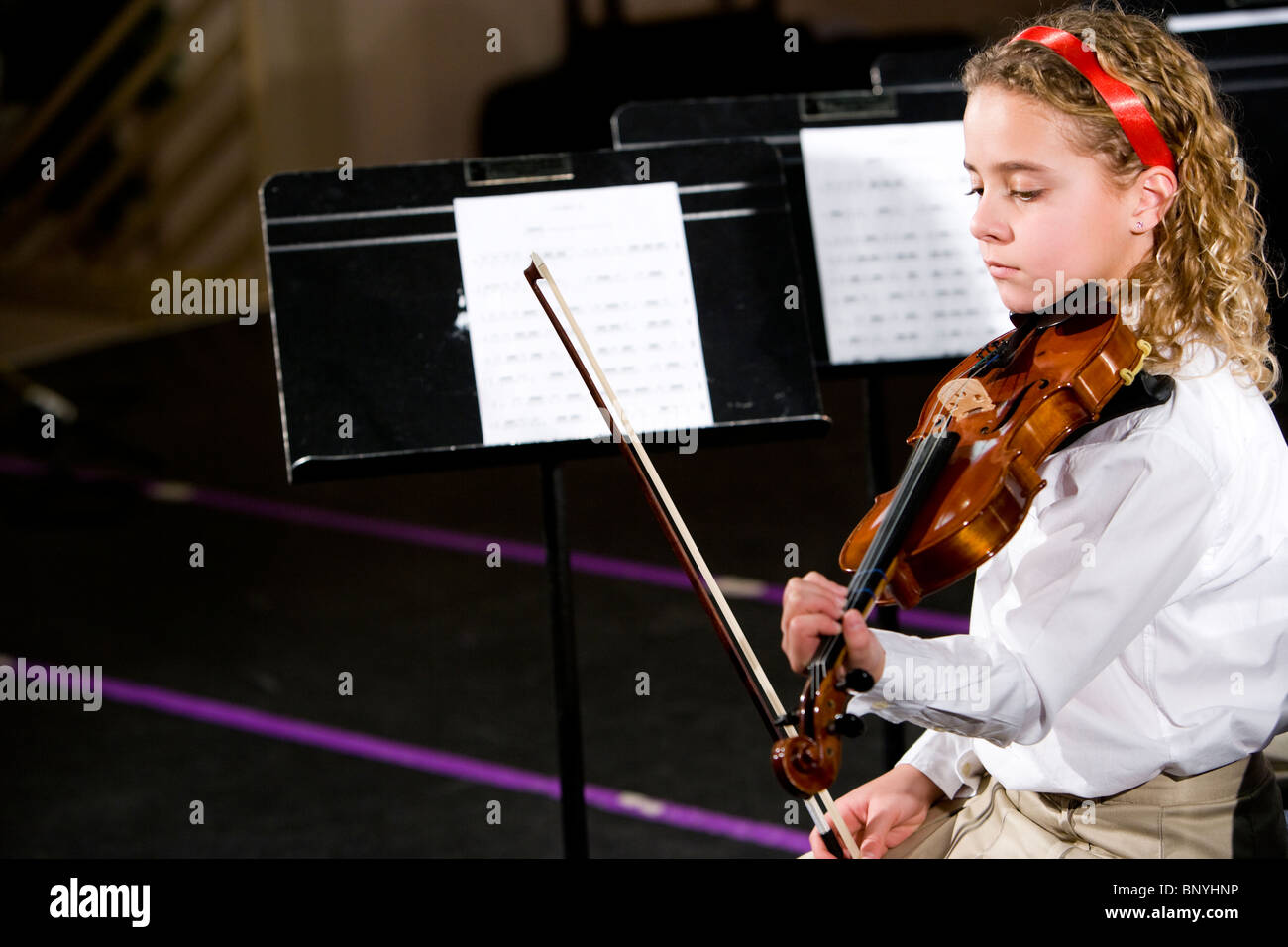 Pretty child playing violin - Stock Image
