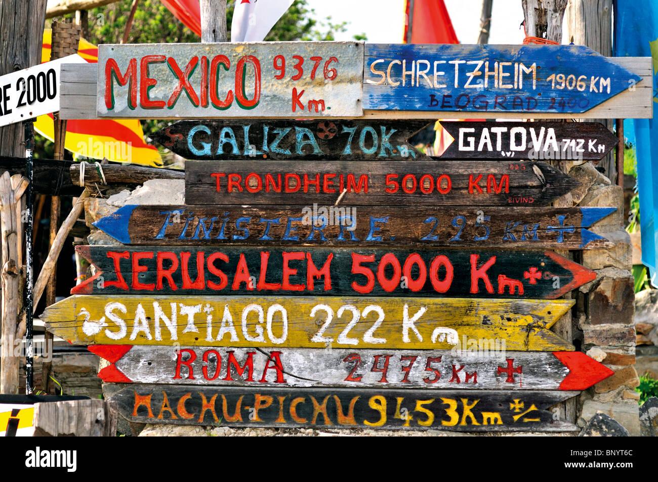 Spain, St. James Way: Direction sign of the pilgrim´s hostage Albergue de Manjarin - Stock Image