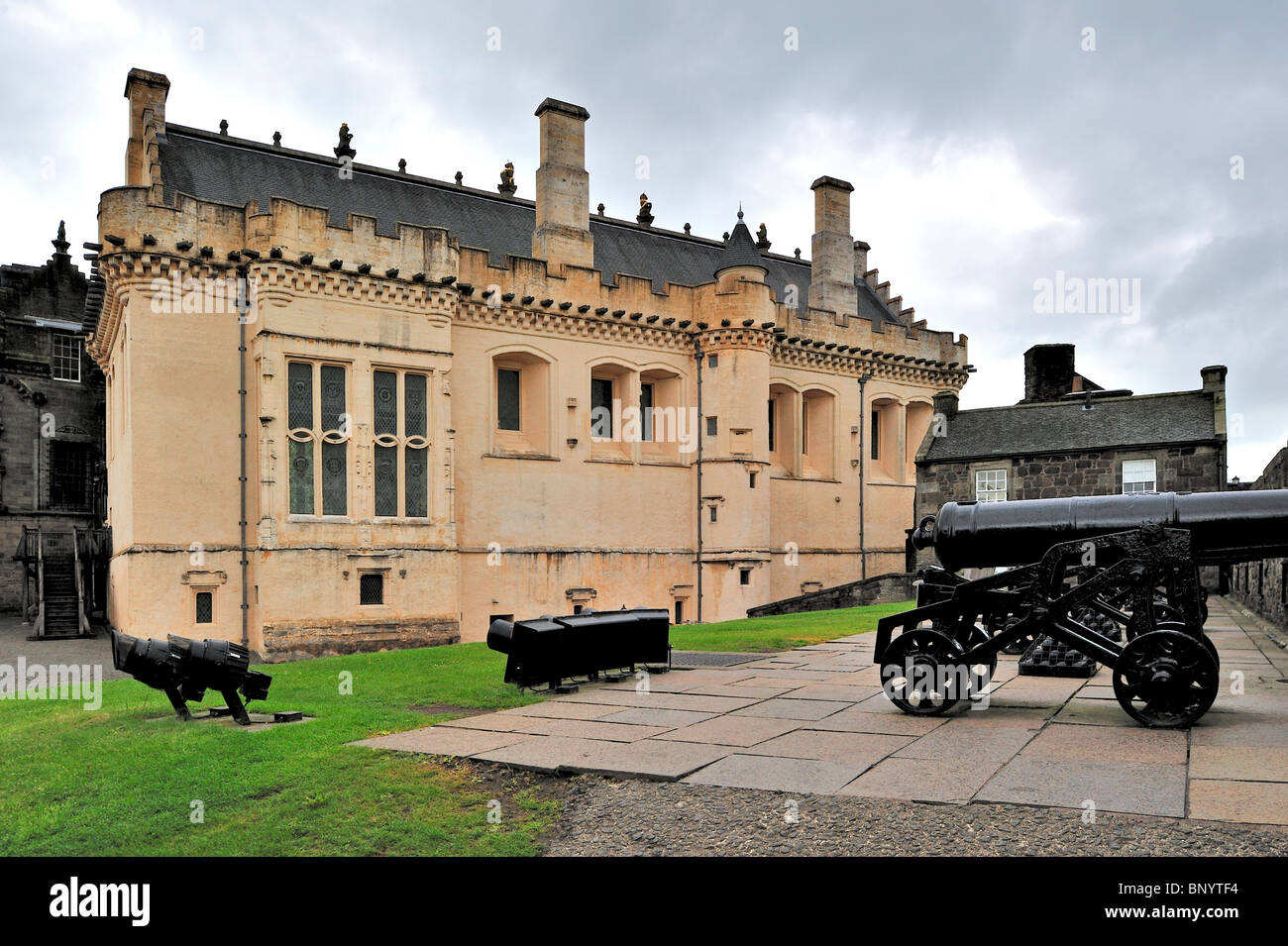 The James IV's Great Hall and cannons at Stirling Castle, Scotland, UK - Stock Image