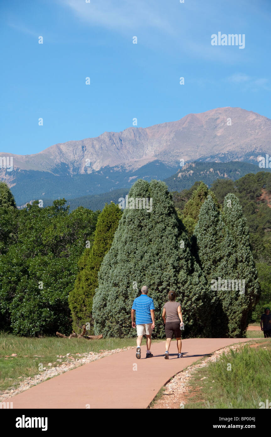 USA, Colorado, Colorado Springs, Garden of the Gods. Park walking path with Pike's Peak in the distance. - Stock Image