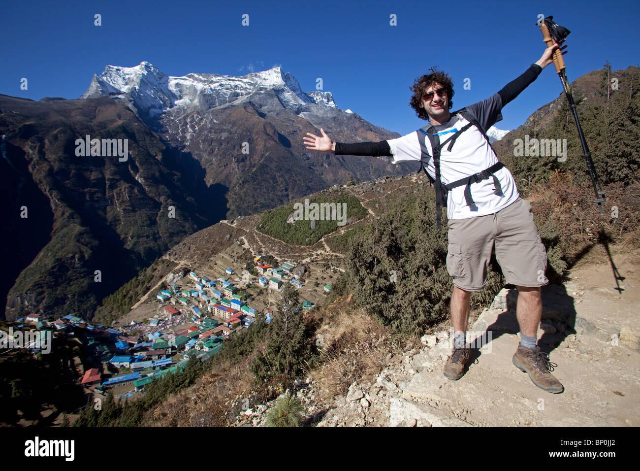 Nepal, Everest Region, Namche Bazaar, Khumbu Valley. Trekkers on the Everest Base Camp trail looking back over Namche - Stock Image