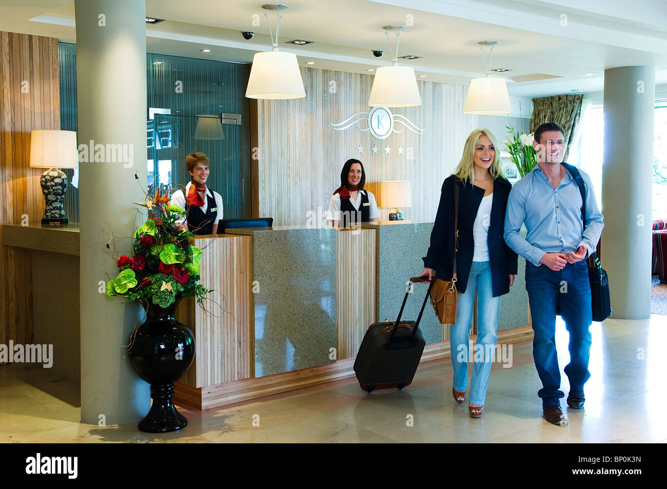 Northern Ireland, Fermanagh, Enniskillen. Couple in the reception at the Killyhevlin Hotel. - Stock Image