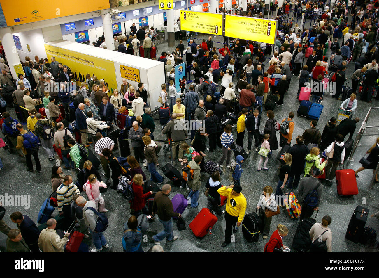 Passengers fill the Departure Hall of the South Terminal at London's Gatwick Airport. Picture by James Boardman. - Stock Image