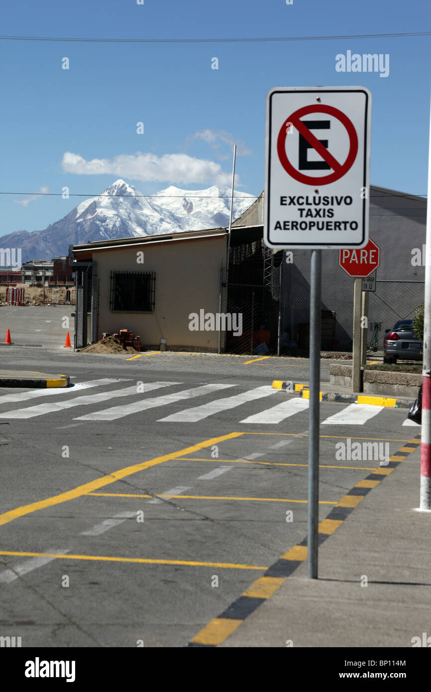 No parking, official airport taxis only sign at El Alto airport, Mt Illimani behind, La Paz , Bolivia - Stock Image