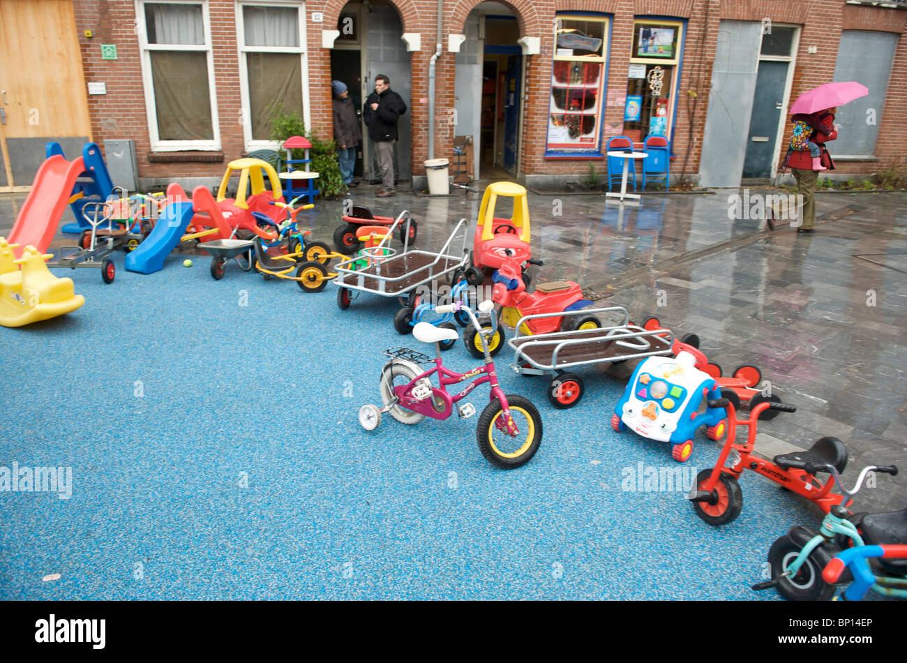 Amsterdam, Oud West, van Beuningenstraat, speelgoed van kinderspeelplaats Stock Photo