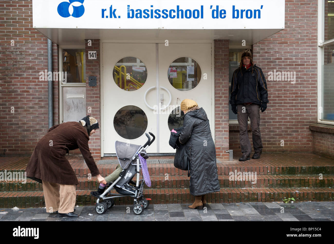 Amsterdam, oud west, moslima's wachten op hun kinderen bij de RK basisschool de bron Stock Photo