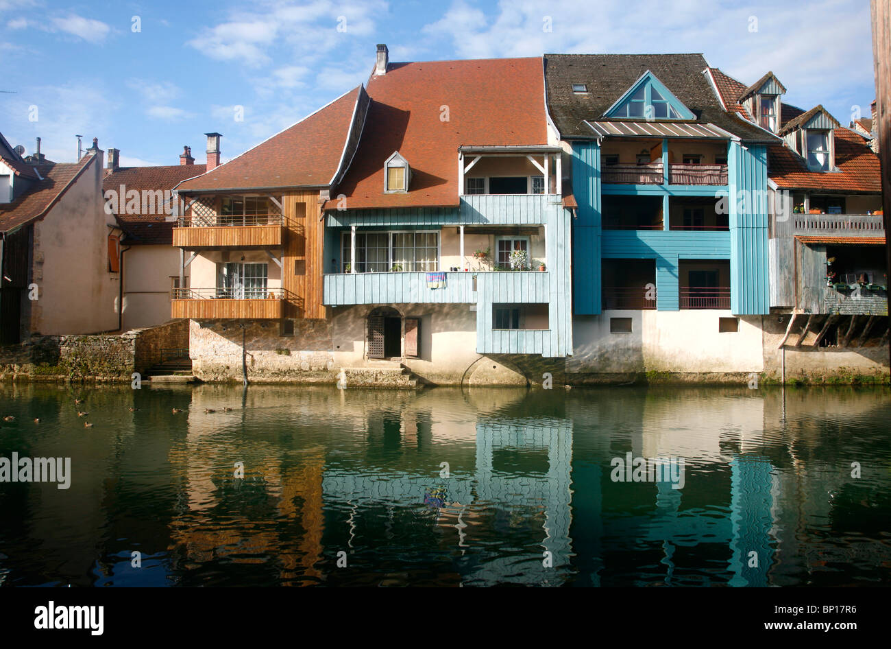 France, Franche-Comté, Doubs (25), La Loue valley, Ornans, old hopuse and Loue river - Stock Image