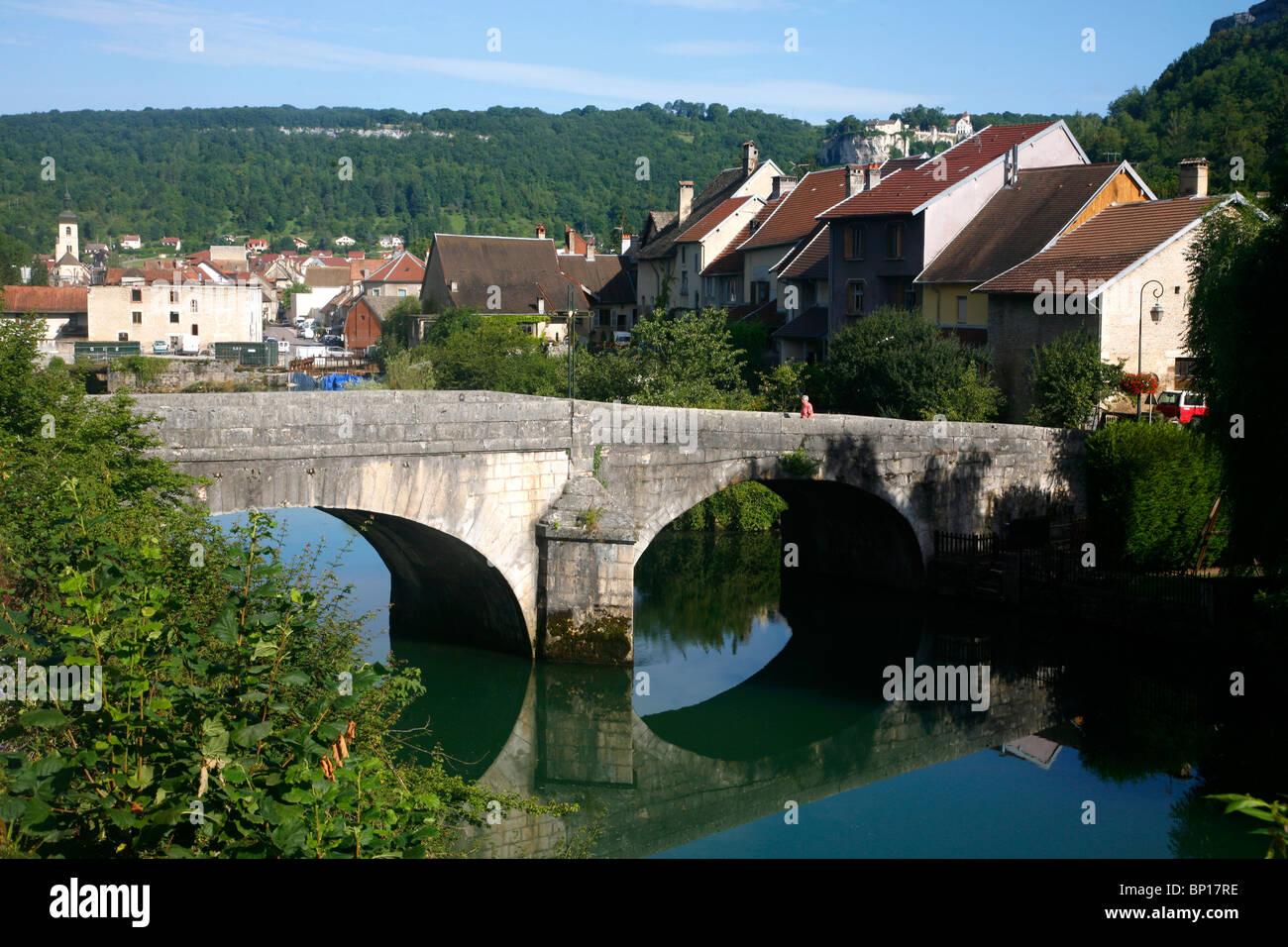 France, Franche-Comté, Doubs (25), La Loue valley, Ornans, old bridge on Loue river - Stock Image