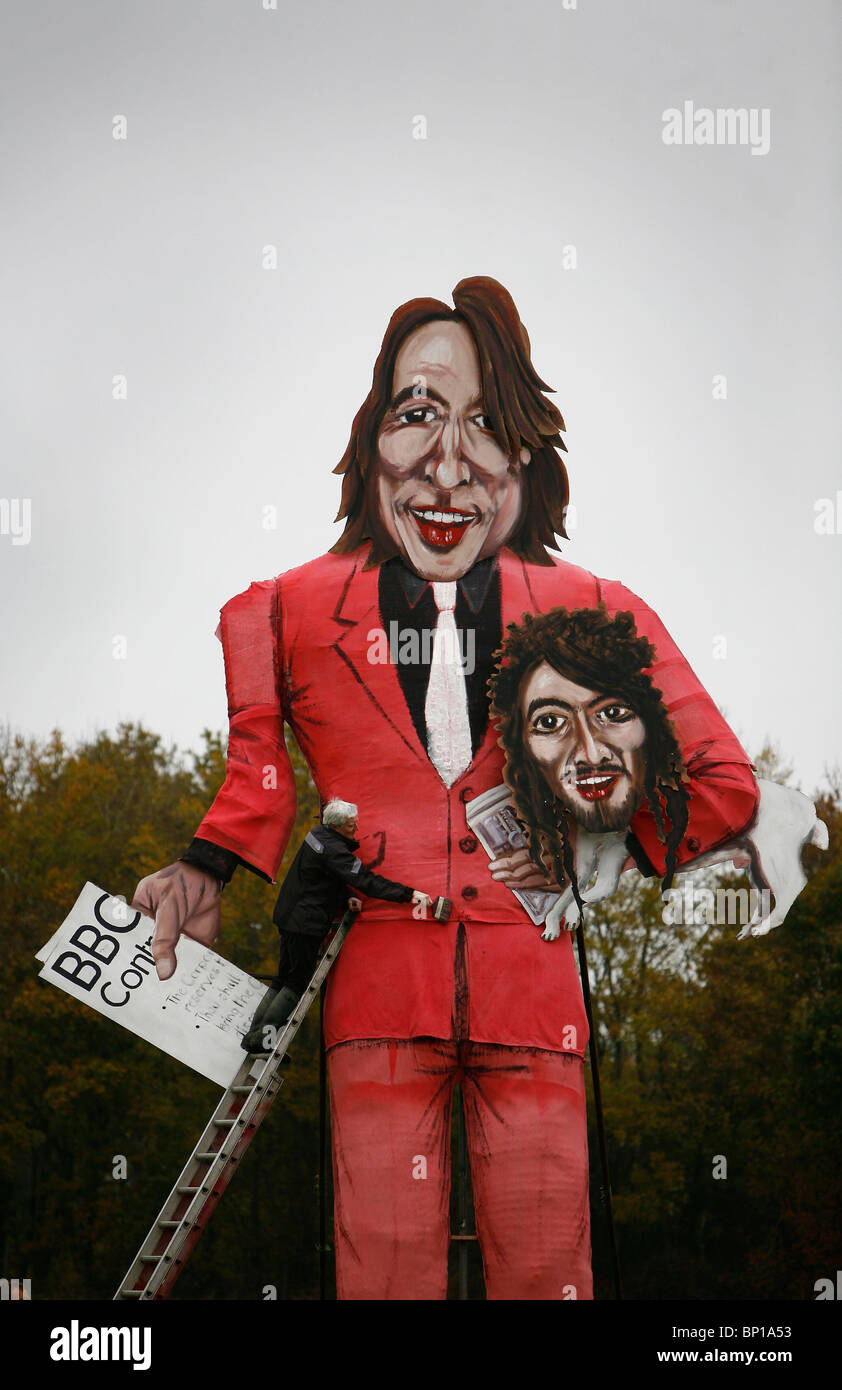 The finishing touches are put to an effigy of British television presenter Jonathan Ross. Picture by James Boardman. - Stock Image