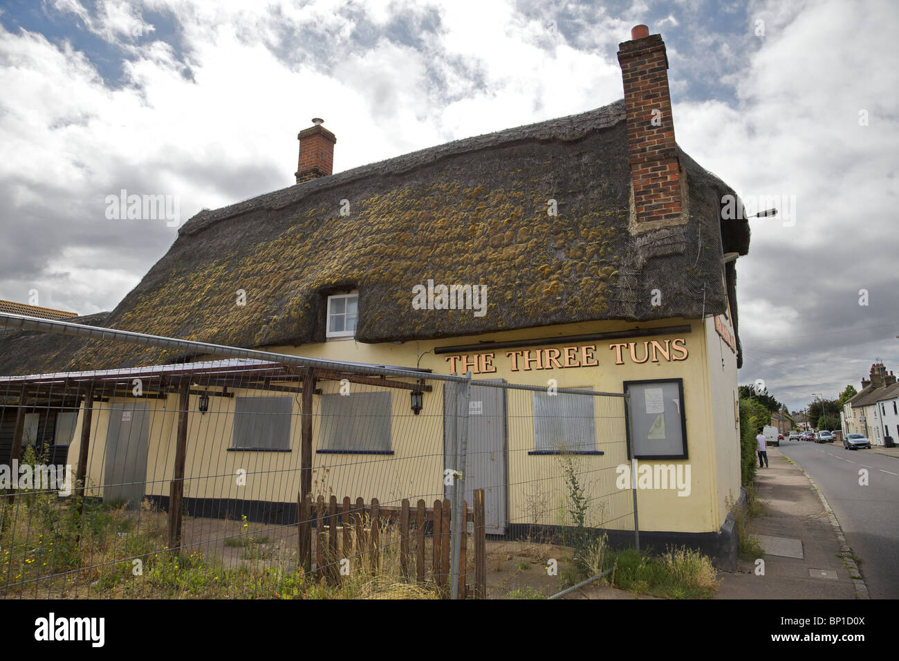 A closed down pub the Three Tuns in Apsley, England - Stock Image