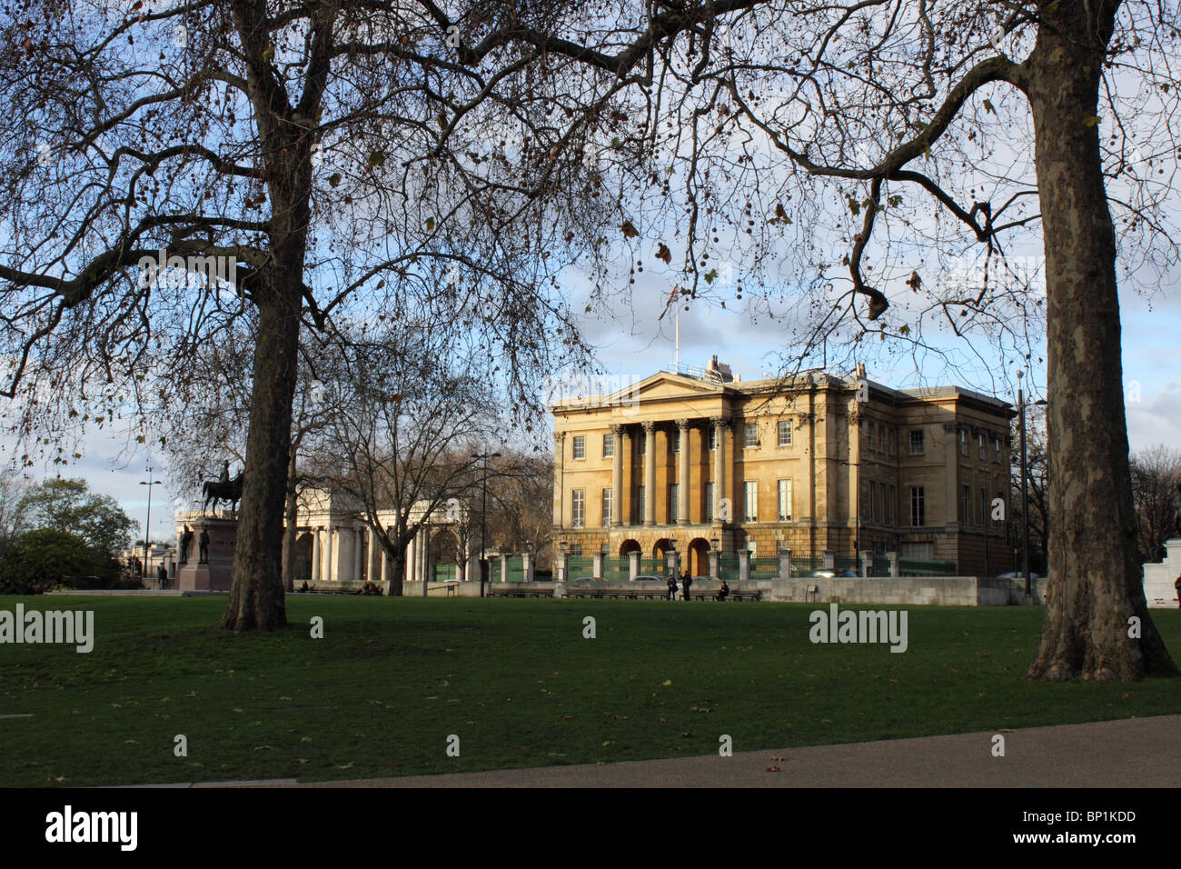 Apsley House, Former home of the Duke of Wellington, Hyde Park Corner, London with Duke of Wellington statue. - Stock Image