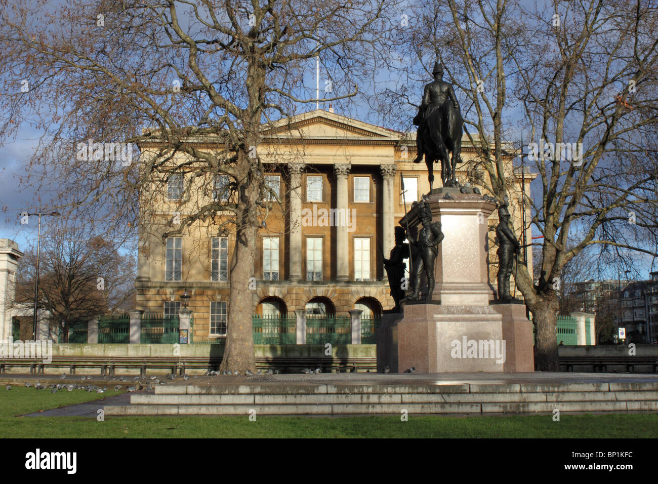 Apsley House, Former home of the Duke of Wellington, Hyde Park Corner, London with Duke of Wellington statue in - Stock Image
