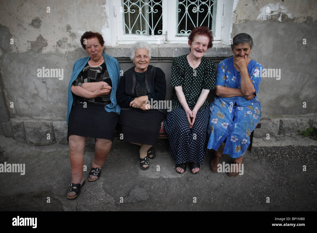 Armenien, 20100628, Woman on a bench, Frauen sitzen vor einem Wohnhaus, Armenia © Gerhard Leber - Stock Image