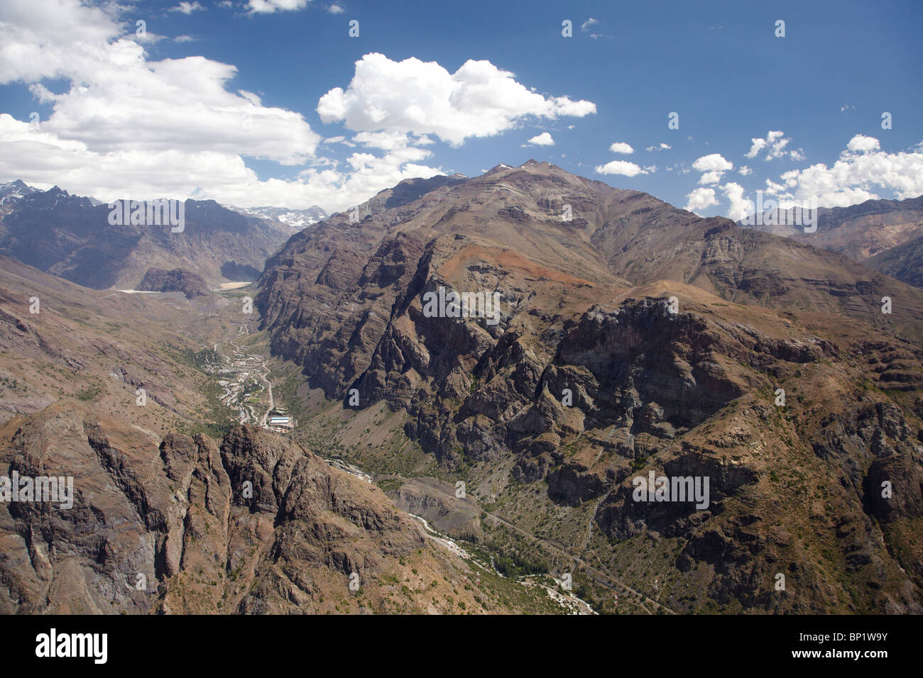 mountain andes The andes, covering a contiguous mountain region within argentina, bolivia,  chile, colombia, ecuador, peru and venezuela, occupy more than 2,500,000  km².