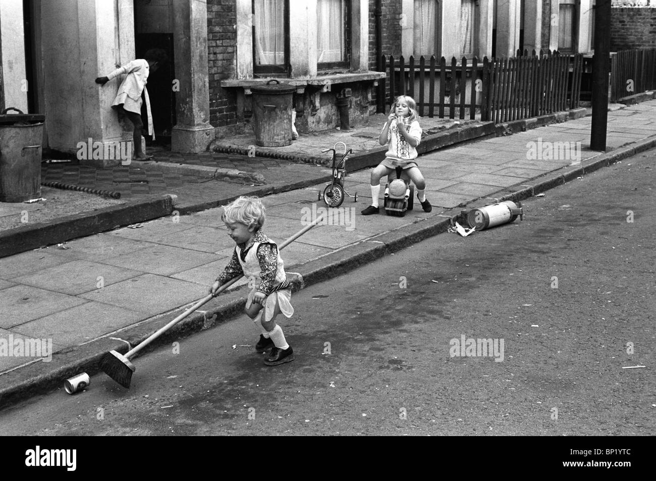 Kids playing in the street Elephant and Castle. South London 1970s Britain. HOMER SYKES - Stock Image