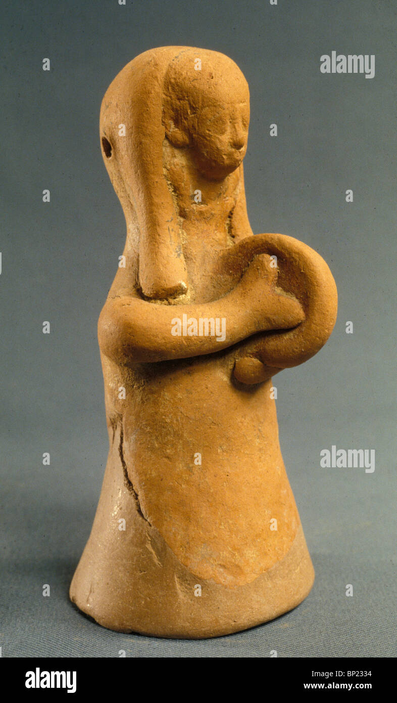 103. PHOENICIAN CLAY FIGURINE OF A WOMAN PLAYING THE CYMBALS, 7TH. C. BC - Stock Image