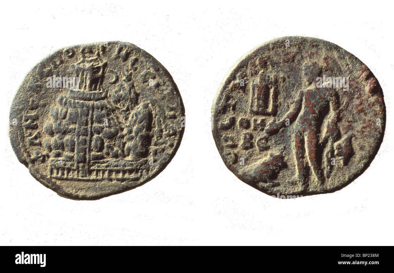 COIN OF MAKRINOS DATED 217 AD. DEPICTING MT. GERIZIM WITH THE TEMPLE AND STEPS LEADING TO IT, REMAINS OF WHICH CAN - Stock Image