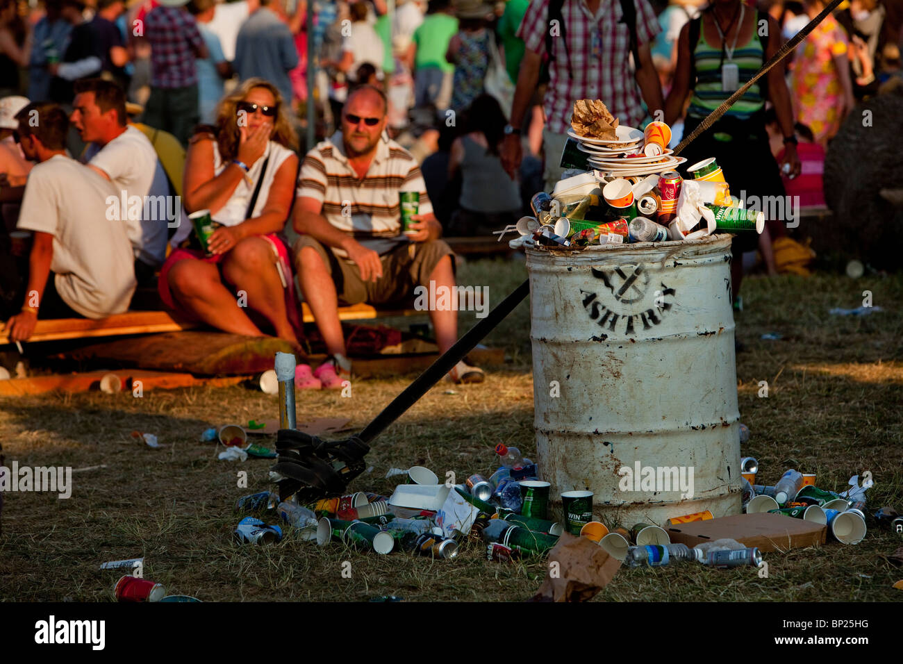 Glastonbury Festival 2010, a bin overflowing with litter and rubbish - Stock Image