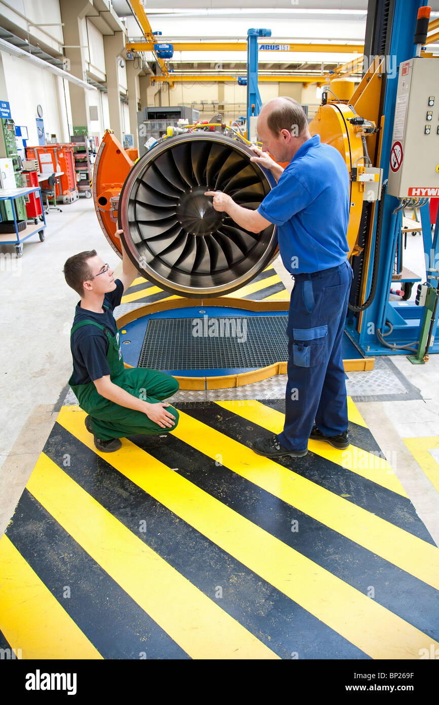 Production of aeroplane power plants by mtu Aero Engines: production of the Eurofighter power plant; a trainee is - Stock Image